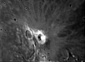Il cratere Hevelius, posto quasi sul bordo della Luna.