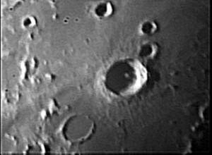 Il cratere Copernico, con il fondo in ombra.