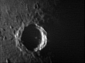 Il cratere Tycho, immerso nell'ombra del terminatore.