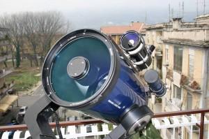 Un altra prospettiva dei due telescopi, per evvidenziarne la lastra correttrice (indispensabile nelle configurazioni ottiche di derivazione Cassegrain).
