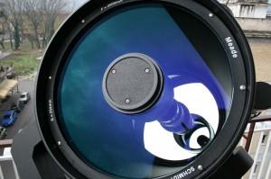 """L' """"interno"""" del telescopio principale; sul fondo si vde lo specchio primario; in primo piano, invece, la copertura in plastica, con tre viti per la regolazione, dello specchio secondario."""